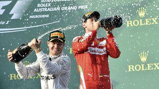 Les pilotes allemands Nico Rosberg (à gauche) et Sébastian Vettel sur le podium duGrand Prix d'Australie, le 20 mars 2016. (SAEED KHAN / AFP)