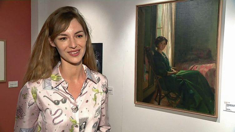 """La comédienne Louise Bourgoin lors de l'exposition """"Une famille d'artistes au Faouët"""" dans le Morbihan (France 3 Grand Ouest)"""
