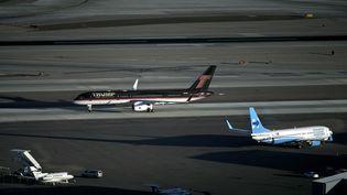 Les avions de Donald Trump et Hillary Clinton le 18octobre à l'aéroport de LasVegas. (BRENDAN SMIALOWSKI / AFP)