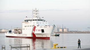 """Le """"Dattilo"""", transportantdes migrants de l'""""Aquarius"""", arrive dans le port de Valence (Espagne) le 17 juin 2018. (PAU BARRENA / AFP)"""