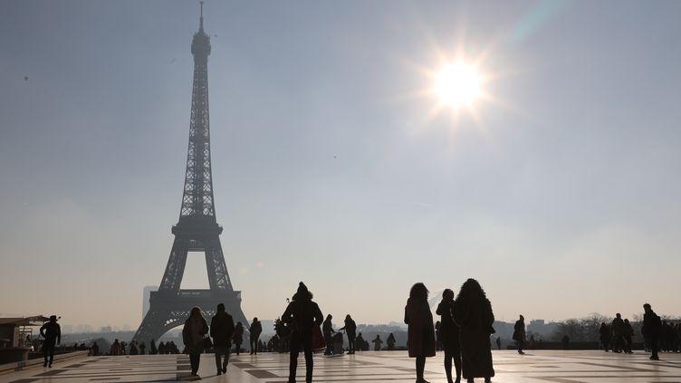 Des touristes sur la place du Trocadéro à Paris, le 21 janvier 2019. (LUDOVIC MARIN / AFP)