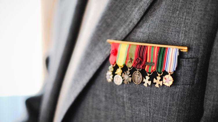 La médaille de la Résistance française, au centre, sur le veston de Paul Burlet, le 14juin 2019, à Paris. (LILIAN CAZABET / HANS LUCAS / AFP)