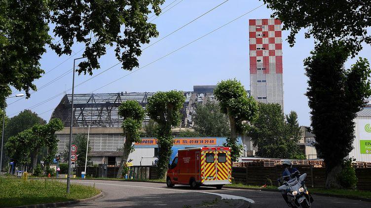Des pompiers à proximité du site où a eu lieu une explosion, le 6 juin 2018, à Strasbourg (Bas-Rhin). (PATRICK HERTZOG / AFP)
