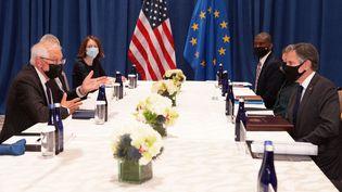 Le chef de la diplomatie européenne, Josep Borrell, (à gauche) et son homologue américain Antony Blinken (à droite), lors d'une réunion à New York (Etats-Unis) le 22 septembre 2021. (JASON DECROW / POOL)