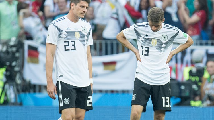Mario Gomez et Thomas Müller la tête basse face au Mexique (0-1). (ELMAR KREMSER/SVEN SIMON / SVEN SIMON)