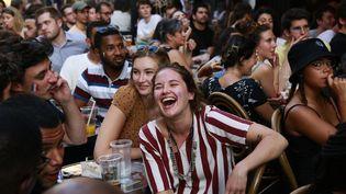 Des personnes regardent le match de l'Euro 2021 France-Allemagne à Paris le 15 juin 2021. (QUENTIN DE GROEVE / HANS LUCAS / AFP)