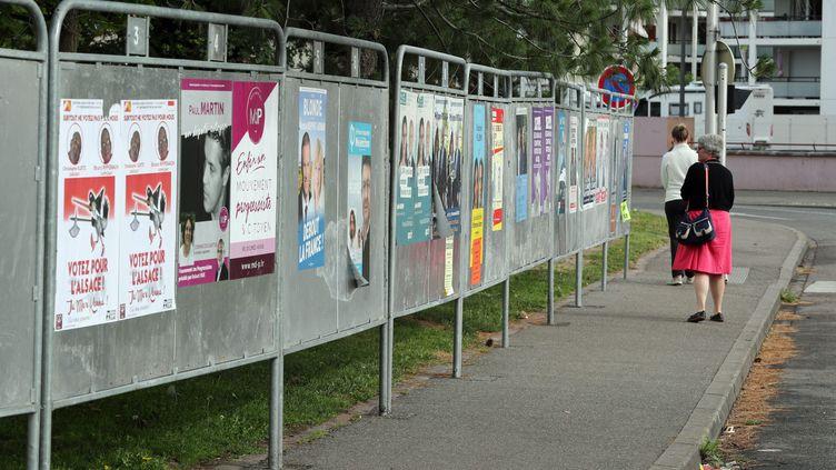 Des panneaux électoraux pour le premier tour des législatives dans la 1re circonscription du Haut-Rhin, à Colmar, le 8 juin 2017. (MAXPPP)