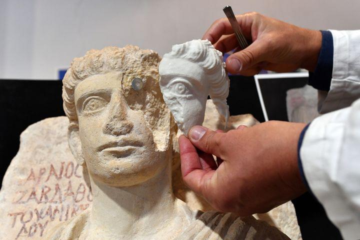 Le visage d'une des sculptures, en partie détruit par un jihadiste, a pu être reconstitué grâce à un logiciel 3D. (ALBERTO PIZZOLI / AFP)