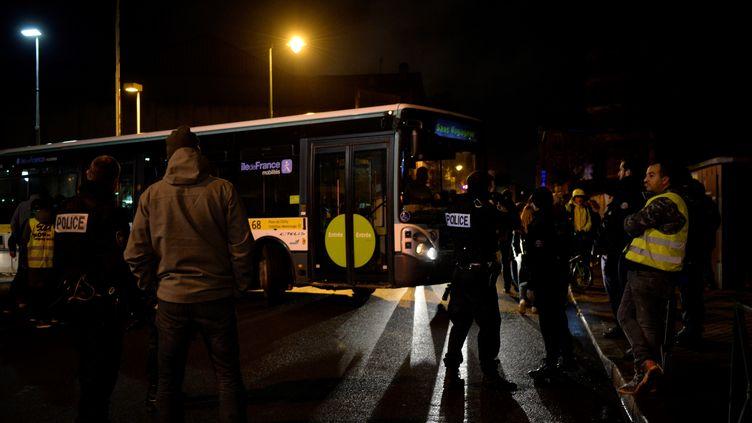 Un bus quitte le centre de dépot de Malakoff (Hauts-de-Seine), le 11 décembre 2019. (AURORE MESENGE / AFP)