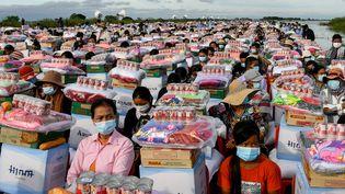 Des centaines de survivants des inondations en Asie du Sud-Est reçoivent l'aide alimentaire envoyée par le Premier ministre combodgien,Hun Sen, le 21 octobre 2020. (AFP)