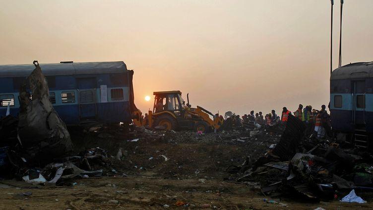 Des sauveteurs exporent la carcasse d'un train accidenté à Pukhrayan, dans le nord de l'Inde, le 21 novembre 2016. (JITENDRA PRAKASH / REUTERS)