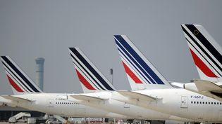 Des avions de la compagnie aérienne Air France, le 24 septembre 2014, sur le tarmac de l'aéroport Charles-de-Gaulle. (STEPHANE DE SAKUTIN / AFP)