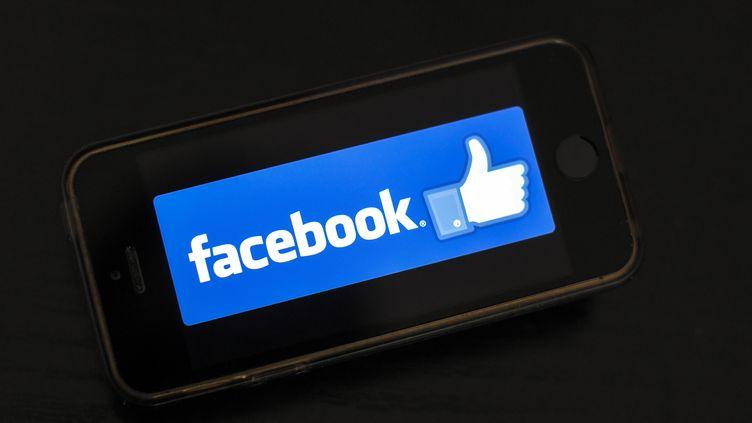 """Le logo """"J'aime"""" de Facebook sur un écran de smartphone. (LOIC VENANCE / AFP)"""