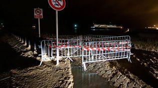 Des barrières ont été posées sur la jetée de la plage de Calais avant l'arrivée de la tempête Eleanor, le 2 janvier 2018. (MAXPPP)