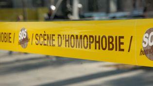 """Un ruban """"scène d'homophobie"""" imitant celui empêchant l'accès à une scène de crime a été installé dans la rue à Paris, le 16 septembre 2014, par des membres de SOS Homophobie pour alerter sur la discrimination homophobe. (PATRICE PIERROT / CROWDSPARK)"""