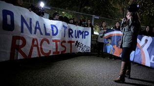 Des opposants hispaniques à Donald Trump manifestent devant la Maison Blanche à Washington dans la nuit de mardi 8 novembre à mercredi 9 novembre 2016. (JOSHUA ROBERTS / REUTERS)