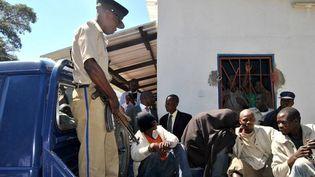 """Uncouple d'hommes âgés de 20 et 21 ans, accusés d'""""acte sexuel contre-nature"""", arrivant à leur procèsà Lusaka en 2013. (AFP)"""