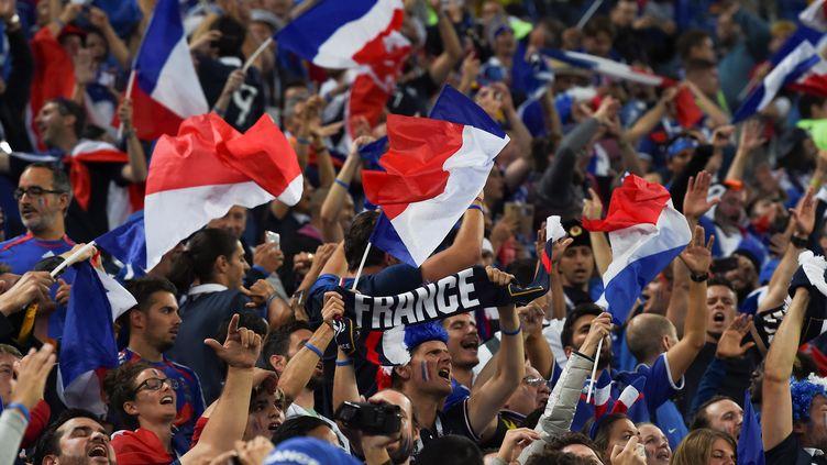 Des supporters français célèbrent la qualification de la France en finale de la Coupe du monde,dans le stade de Saint-Pétersbourg (Russie), le 10 juillet 2018. (PAUL ELLIS / AFP)