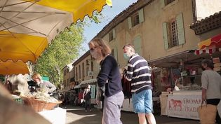 Provence : balade dans le marché de Lourmarin (France 2)