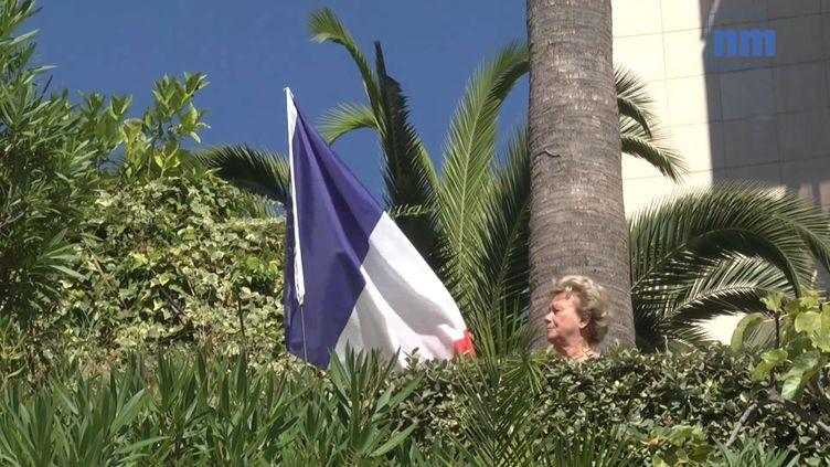 """Capture d'écrant de la vidéo mise en ligne le 18 septembre 2016 par """"Nice Matin"""", montrant la retraitée Michèle Panicali etle drapeau français qu'elle a planté dans le jardin de son appartement deNice (Alpes-Maritimes). (NICE MATIN)"""
