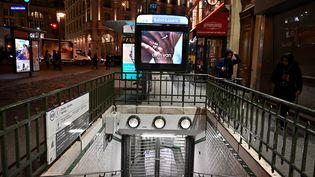 Une entrée de la station de métro Saint-Lazare, à Paris, est fermée au public pendant la grève des transports, le 5 décembre 2019. (MUSTAFA YALCIN / ANADOLU AGENCY / AFP)