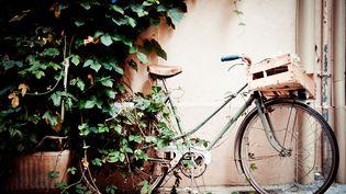 Depuis la crise sanitaire, la question des vélos et de leurs parkings pose de nouvelles questions aux copropriétés. Iltrès difficile de faire participer toute la copropriété à l'installation d'un local à vélo. (PHOTO BY P.FOLREV / MOMENT OPEN / GETTY IMAGES)