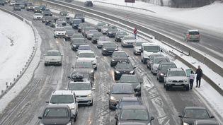 Des voitures bloquées sur l'autoroute à cause de la neige près de Lyon le 21 février 2015; (CITIZENSIDE/MOURAD ALLILI / CITIZENSIDE.COM)