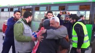 Capture d'écran montrant deux personnes âgées qui s'embrassent lors de la descente du bus à Alep ouest (Syrie), le 15 décembre 2016 (REUTERS)