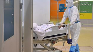 Un médecin t ransporte un patient dans un hôpital temporaire pour les malades du Covid-19, à Moscou, en Russie, le 17 juin 2021. (PAVEL BEDNYAKOV / SPUTNIK / AFP)