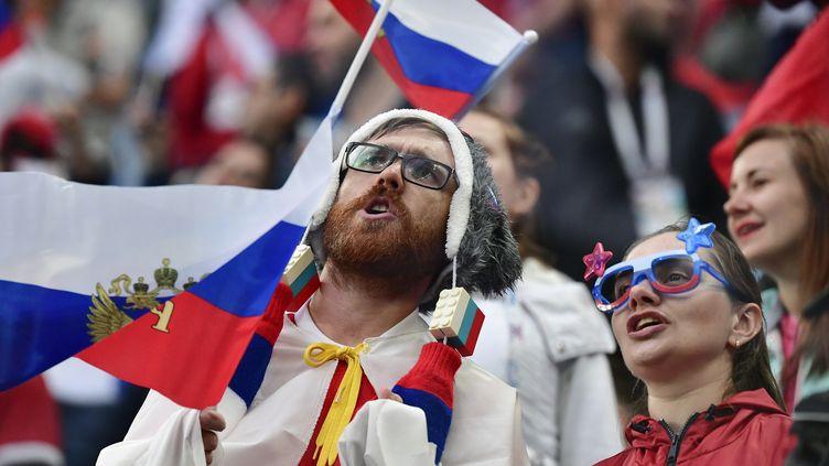 Des supporters russes dans le stade de Saint-Pétersbourg, le 19 juin 2018, à l'occasion de la rencontre de la Coupe du monde entre la Russie et l'Egypte. (GIUSEPPE CACACE / AFP)