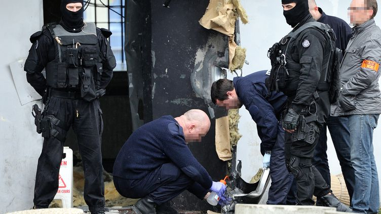 Des enquêteurs travaillent à la prison de Sequedin (Nord), d'où s'est évadé Redoine Faïd, le 13 avril 2013. (PHILIPPE HUGUEN / AFP)