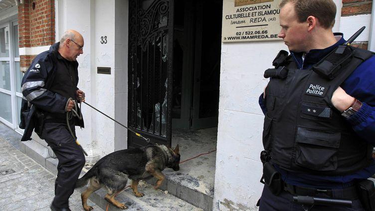 La police belge fouille la mosquée de Rida à Anderlecht cà l'ouest de Bruxelles el 13 mars 2012. (© YVES HERMAN / REUTERS / X00380)