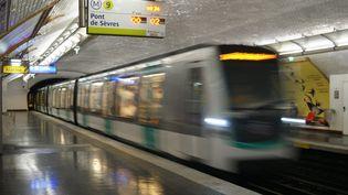 Dans une station de métro de ligne 9 à Paris. (STÉPHANIE BERLU / FRANCE-INFO)