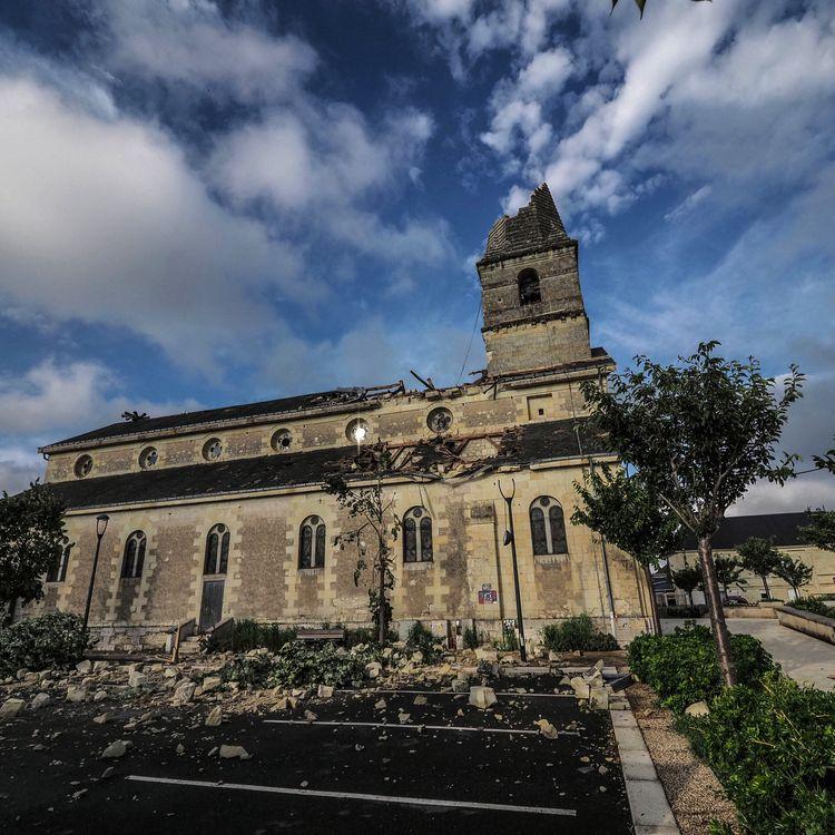 L'église de Saint-Nicolas de Bourgueil (Indre-et-Loire), dont le clocher s'est effondré sur le passage d'une tornade, le 19 juin 2021. (GUILLAUME SOUVANT / AFP)