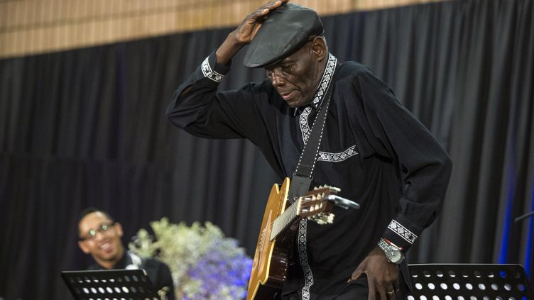 Oliver Mtukudzi donne un récital à l'occasion des obsèques d'une autre légende du jazz, le Sud-Africain Hugh Masekela, le 28 janvier 2018 à Soweto. (WIKUS DE WET / AFP)