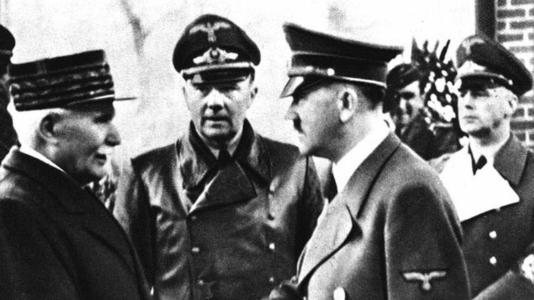 (Poignée de main entre le Maréchal Pétain et Adolph Hitler dans la ville de Montoire, le 24 octobre 1940 © Maxppp)
