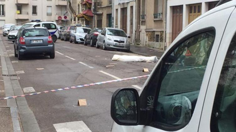 (Recouvert d'une housse, le corps de la victime était encore sur la chaussée en fin de matinée © RF/ Cyril Destracque)