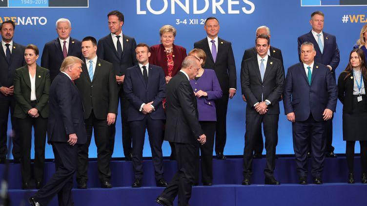 Les dirigeants des pays de l'Otan, avec au premier plan le président américainDonald Trump et le président turcRecep Tayyip Erdogan, lors de la traditionnelle photo de famille, le 4 décembre 2019, à l'occasion du sommet du 70e anniversaire de l'Otan, à Londres. (MUSTAFA KAMACI / ANADOLU AGENCY / AFP)
