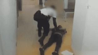 Un policier violente un détenu au Palais de justice de Paris (Capture d'écran France 3)