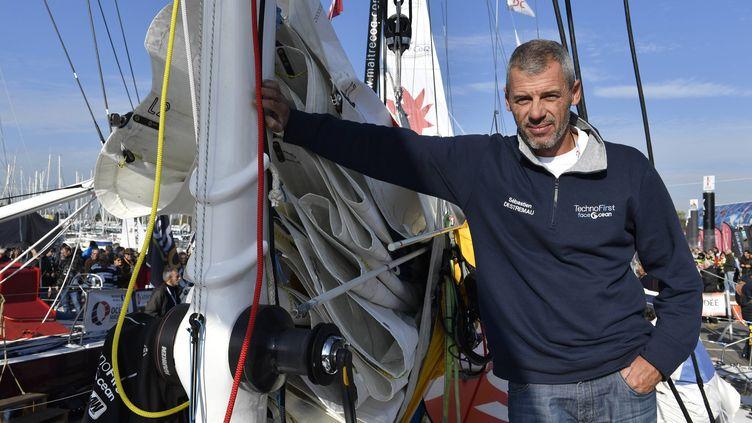 Sébastien Destremau dans le port des Sables d'Olonnes, le 6 novembre 2016. (THOMAS BREGARDIS / MAXPPP)