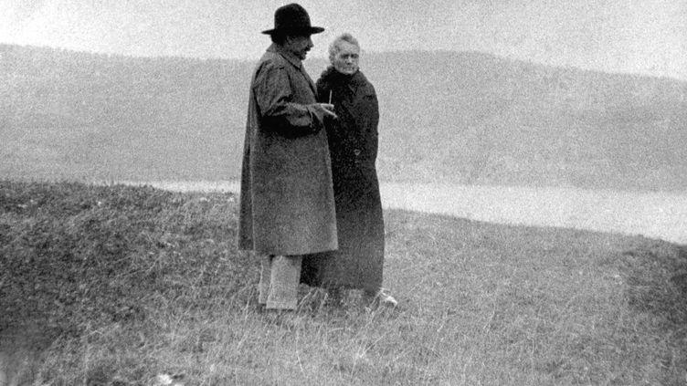 Les scientifiques Albert Einstein et Marie Curie marchent au bord du lac Léman, à Genève (Suisse), en 1925. (ARCHIVES PIERRE ET MARIE CURIE / AFP)