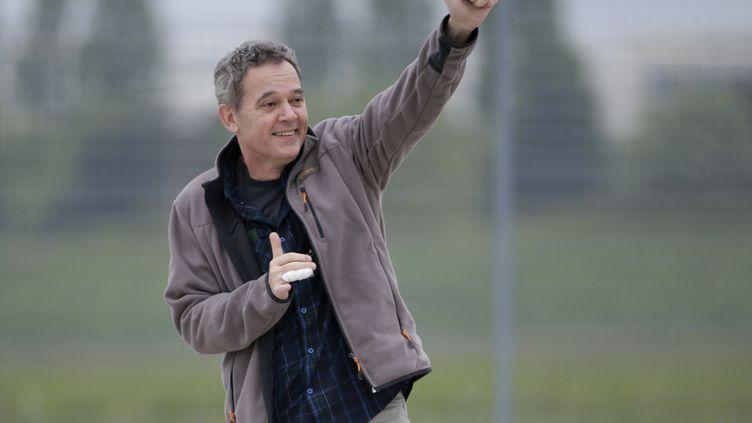 Didier François, ex-otages en Syrie à son arrivée à Villacoublay, le 20 avril 2014. (KENZO TRIBOUILLARD / AFP)