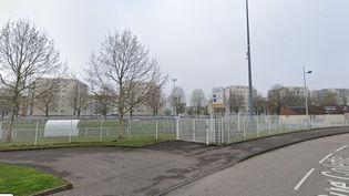 Capture de Google Street View montrant le stadePaco-Matéo de Strasbourg (Bas-Rhin) où un match de football amateur a réuni entre 300 et 400 personnes, le 24 mai 2020. (GOOGLE STREET VIEW)