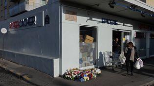 Un hommage est organisé à Paris par le Conseil représentatif des institutions juives de France (CRIF), lundi 9 janvier, devant l'Hyper Cacher de la porte de Vincennes (CHRISTOPHE ARCHAMBAULT / AFP)