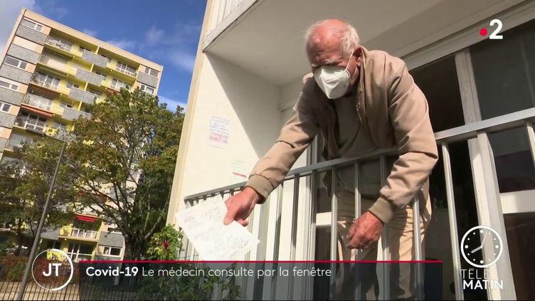 Le Dr René Tuaillon consulte depuis son balcon (France 2)