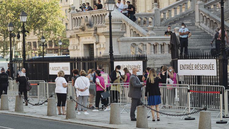 Devant le palais de justice de Paris, le 8 septembre 2021, avant l'ouverture du procès des attentats du 13 novembre 2015. (MARIE MAGNIN / HANS LUCAS / AFP)