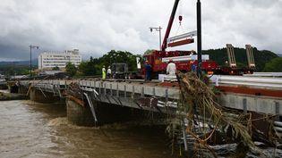 Des dégâts provoqués par des inondations dans la ville de Hitoyoshi, dans la préfecture de Kumamoto (Japon), le 6 juillet 2020. (TAKETO OISHI / YOMIURI / AFP)