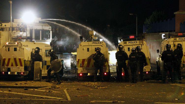 La police a utilisé un canon à eau contre les manifestants loyalistes, à Belfast, le 2 septembre 2012. (PETER MORRISON / AP / SIPA)