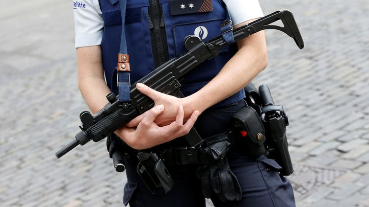Un policier belge à Bruxelles (Belgique), le 21 juillet 2016. (FRANCOIS LENOIR / REUTERS)