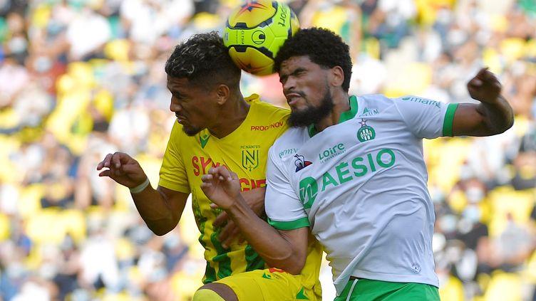 Mahdi Camara (Saint-Etienne) ici au duel avec le Nantais Ludovic Blas. (LOIC VENANCE / AFP)